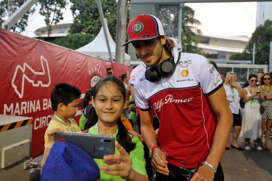 Antonio Giovinazzi (ITA) Alfa Romeo Racing with grid kids on the drivers parade. 22.09.2019. Formula 1 World Championship, Rd 15, Singapore Grand Prix, Marina Bay Street Circuit, Singapore, Race Day. - www.xpbimages.com, EMail: requests@xpbimages.com - copy of publication required for printed pictures. Every used picture is fee-liable. © Copyright: Batchelor / XPB Images