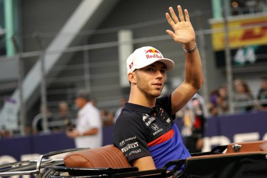 Pierre Gasly (FRA) Scuderia Toro Rosso on the drivers parade. 22.09.2019. Formula 1 World Championship, Rd 15, Singapore Grand Prix, Marina Bay Street Circuit, Singapore, Race Day.  - www.xpbimages.com, EMail: requests@xpbimages.com - copy of publication required for printed pictures. Every used picture is fee-liable. © Copyright: Dungan / XPB Images