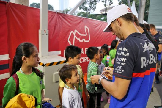 Pierre Gasly (FRA) Scuderia Toro Rosso with grid kids on the drivers parade. 22.09.2019. Formula 1 World Championship, Rd 15, Singapore Grand Prix, Marina Bay Street Circuit, Singapore, Race Day. - www.xpbimages.com, EMail: requests@xpbimages.com - copy of publication required for printed pictures. Every used picture is fee-liable. © Copyright: Batchelor / XPB Images