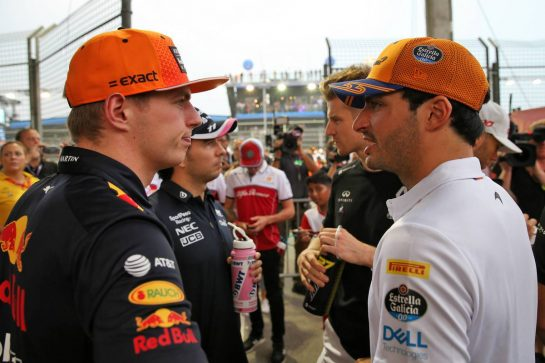 (L to R): Max Verstappen (NLD) Red Bull Racing with Carlos Sainz Jr (ESP) McLaren on the drivers parade. 22.09.2019. Formula 1 World Championship, Rd 15, Singapore Grand Prix, Marina Bay Street Circuit, Singapore, Race Day. - www.xpbimages.com, EMail: requests@xpbimages.com - copy of publication required for printed pictures. Every used picture is fee-liable. © Copyright: Batchelor / XPB Images