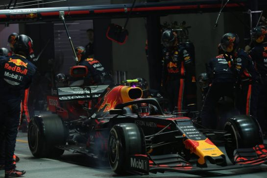 Alexander Albon (THA) Red Bull Racing pit stop..22.09.2019. Formula 1 World Championship, Rd 15, Singapore Grand Prix, Marina Bay Street Circuit, Singapore, Race Day.- www.xpbimages.com, EMail: requests@xpbimages.com - copy of publication required for printed pictures. Every used picture is fee-liable. © Copyright: Batchelor / XPB Images