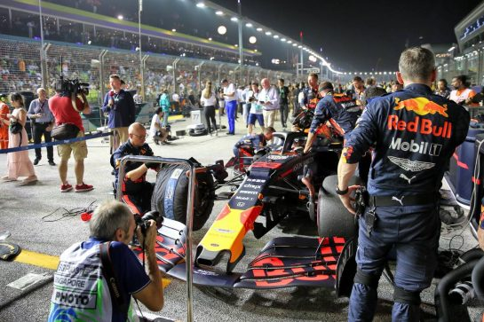 Max Verstappen (NLD) Red Bull Racing RB15 on the grid. 22.09.2019. Formula 1 World Championship, Rd 15, Singapore Grand Prix, Marina Bay Street Circuit, Singapore, Race Day. - www.xpbimages.com, EMail: requests@xpbimages.com - copy of publication required for printed pictures. Every used picture is fee-liable. © Copyright: Batchelor / XPB Images