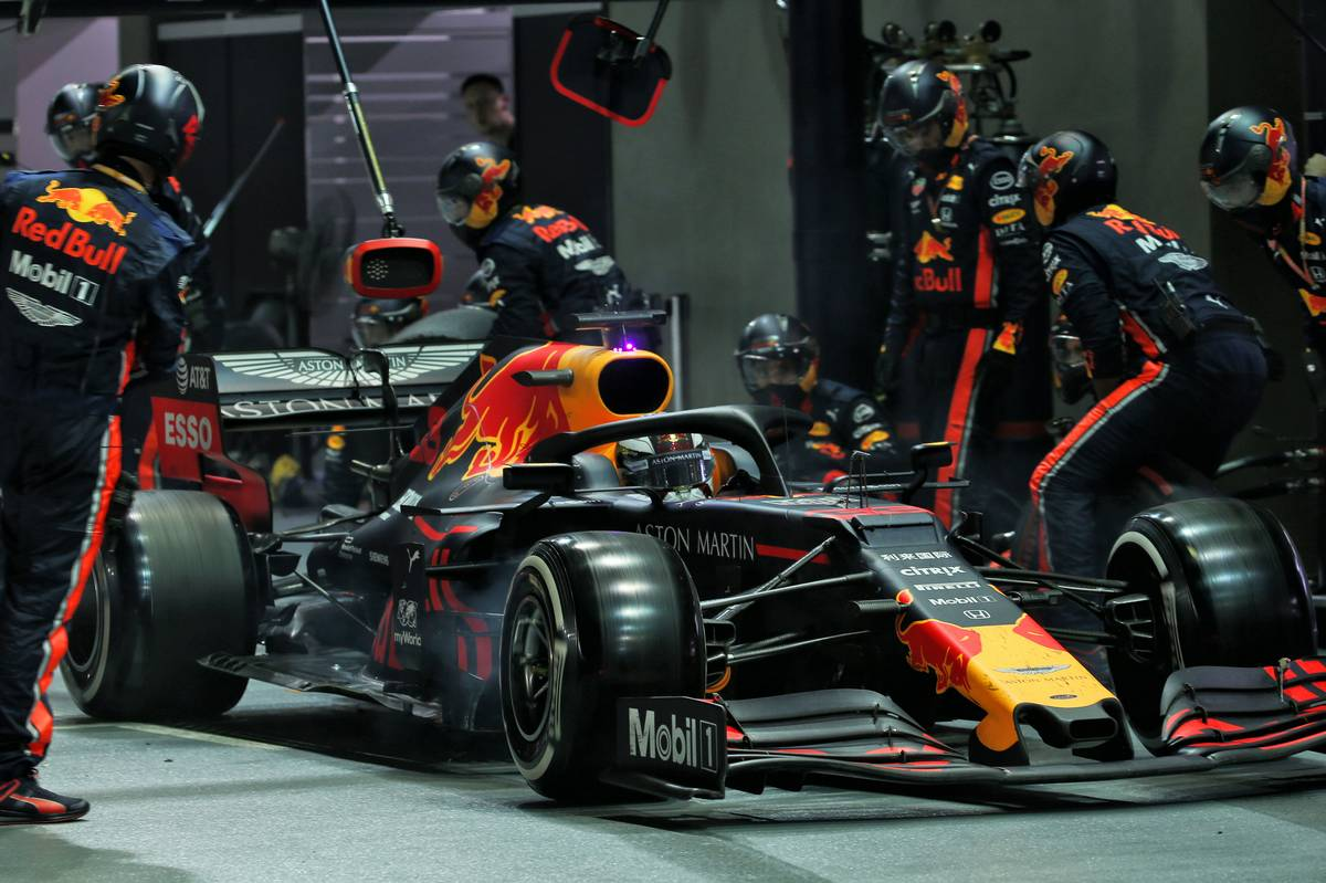 Max Verstappen (NLD) Red Bull Racing RB15 pit stop.