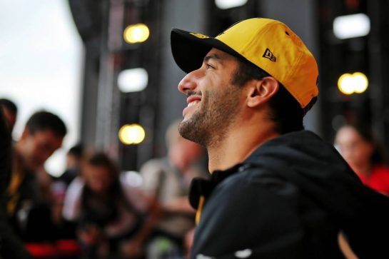 Daniel Ricciardo (AUS) Renault F1 Team with fans. 26.09.2019. Formula 1 World Championship, Rd 16, Russian Grand Prix, Sochi Autodrom, Sochi, Russia, Preparation Day.  - www.xpbimages.com, EMail: requests@xpbimages.com - copy of publication required for printed pictures. Every used picture is fee-liable. © Copyright: Filipe / XPB Images