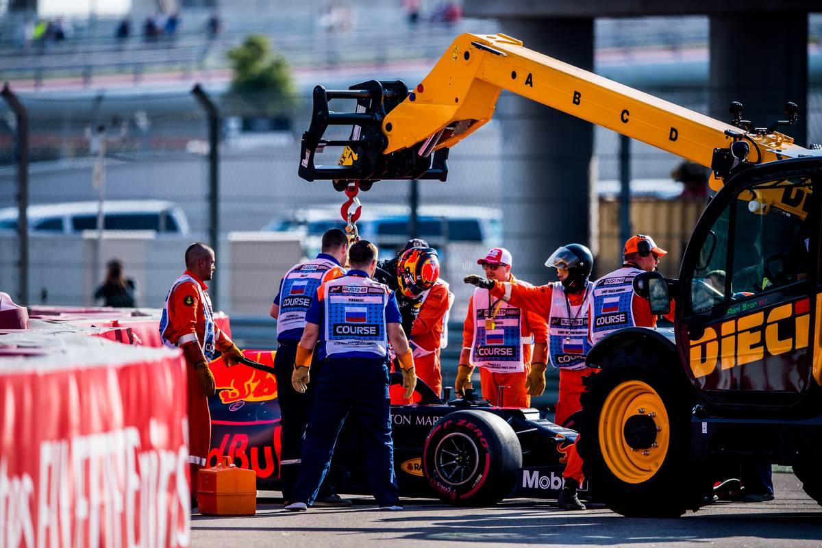 Alexander Albon (THA) Scuderia Toro Rosso STR14 crashes in Q1.