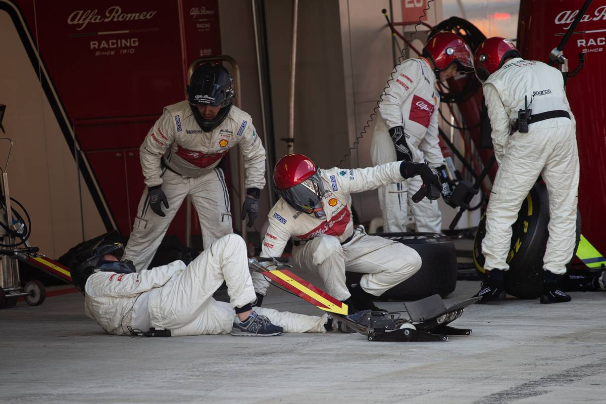 Alfa Romeo Racing mechanics on the floor after Kimi Raikkonen (FIN) Alfa Romeo Racing makes a pit stop.