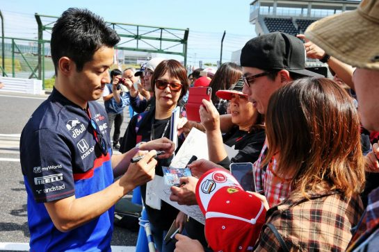 Naoki Yamamoto (JPN) Scuderia Toro Rosso with fans. 10.10.2019. Formula 1 World Championship, Rd 17, Japanese Grand Prix, Suzuka, Japan, Preparation Day. - www.xpbimages.com, EMail: requests@xpbimages.com - copy of publication required for printed pictures. Every used picture is fee-liable. © Copyright: Moy / XPB Images