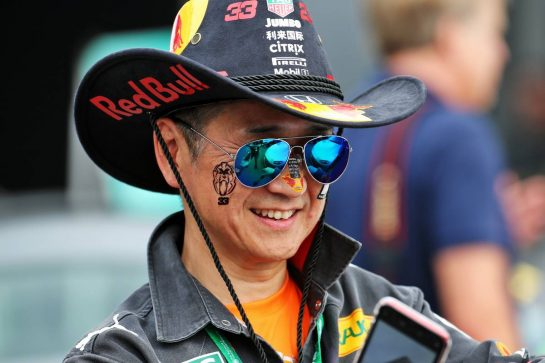 A Red Bull Racing fan. 10.10.2019. Formula 1 World Championship, Rd 17, Japanese Grand Prix, Suzuka, Japan, Preparation Day. - www.xpbimages.com, EMail: requests@xpbimages.com - copy of publication required for printed pictures. Every used picture is fee-liable. © Copyright: Batchelor / XPB Images
