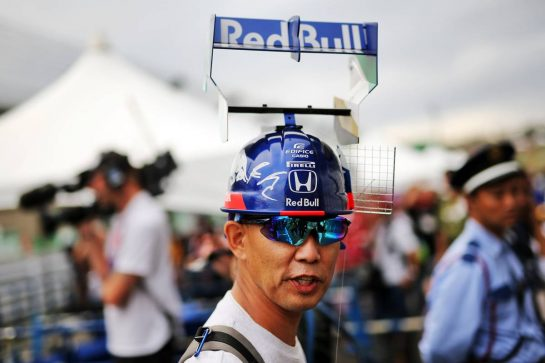 Circuit atmosphere - Scuderia Toro Rosso fan.
