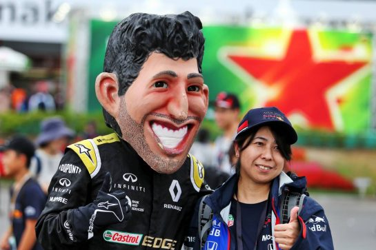 Circuit atmosphere - Daniel Ricciardo (AUS) Renault F1 Team caricature. 11.10.2019. Formula 1 World Championship, Rd 17, Japanese Grand Prix, Suzuka, Japan, Practice Day. - www.xpbimages.com, EMail: requests@xpbimages.com - copy of publication required for printed pictures. Every used picture is fee-liable. © Copyright: Moy / XPB Images