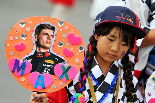 Circuit atmosphere - a young Max Verstappen (NLD) Red Bull Racing fan. 11.10.2019. Formula 1 World Championship, Rd 17, Japanese Grand Prix, Suzuka, Japan, Practice Day. - www.xpbimages.com, EMail: requests@xpbimages.com - copy of publication required for printed pictures. Every used picture is fee-liable. © Copyright: Moy / XPB Images
