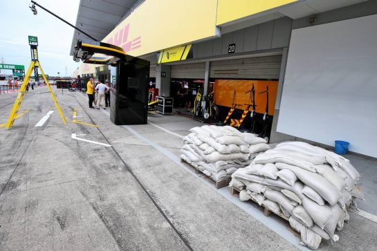 Renault F1 Team as the circuit prepares for the arrival of Typhoon Hagibis. 11.10.2019. Formula 1 World Championship, Rd 17, Japanese Grand Prix, Suzuka, Japan, Practice Day. - www.xpbimages.com, EMail: requests@xpbimages.com - copy of publication required for printed pictures. Every used picture is fee-liable. © Copyright: Moy / XPB Images