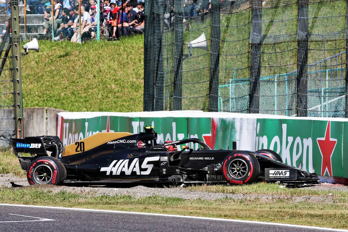 Kevin Magnussen (DEN) Haas VF-19 crashed during qualifying.