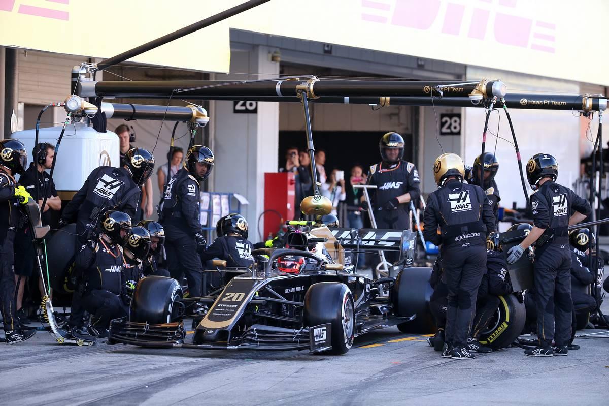 Kevin Magnussen (DEN) Haas VF-19 pit stop.