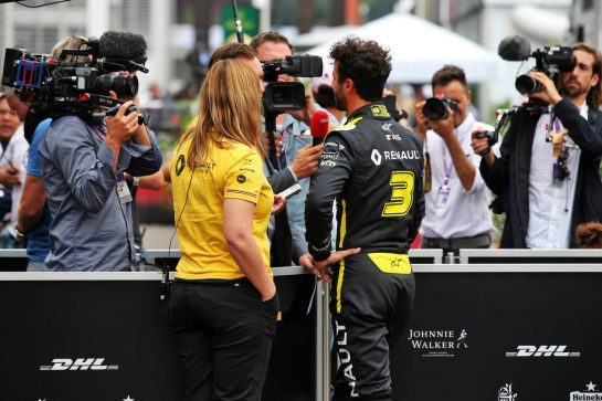 Daniel Ricciardo (AUS) Renault F1 Team with the media. 26.10.2019. Formula 1 World Championship, Rd 18, Mexican Grand Prix, Mexico City, Mexico, Qualifying Day. - www.xpbimages.com, EMail: requests@xpbimages.com © Copyright: Batchelor / XPB Images