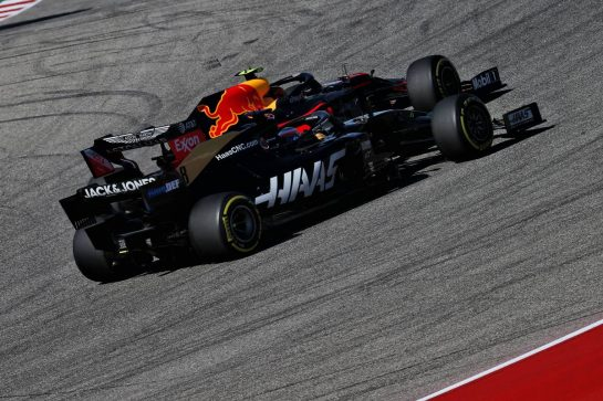 Romain Grosjean (FRA) Haas F1 Team VF-19 and Alexander Albon (THA) Red Bull Racing RB15 battle for position.
