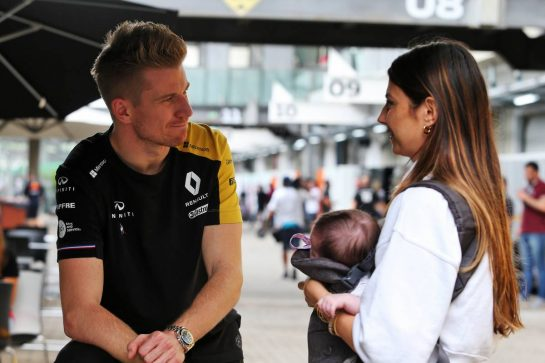 (L to R): Nico Hulkenberg (GER) Renault F1 Team with Kelly Piquet (BRA), girlfriend of Daniil Kvyat (RUS) Scuderia Toro Rosso, and her baby daughter Penelope.