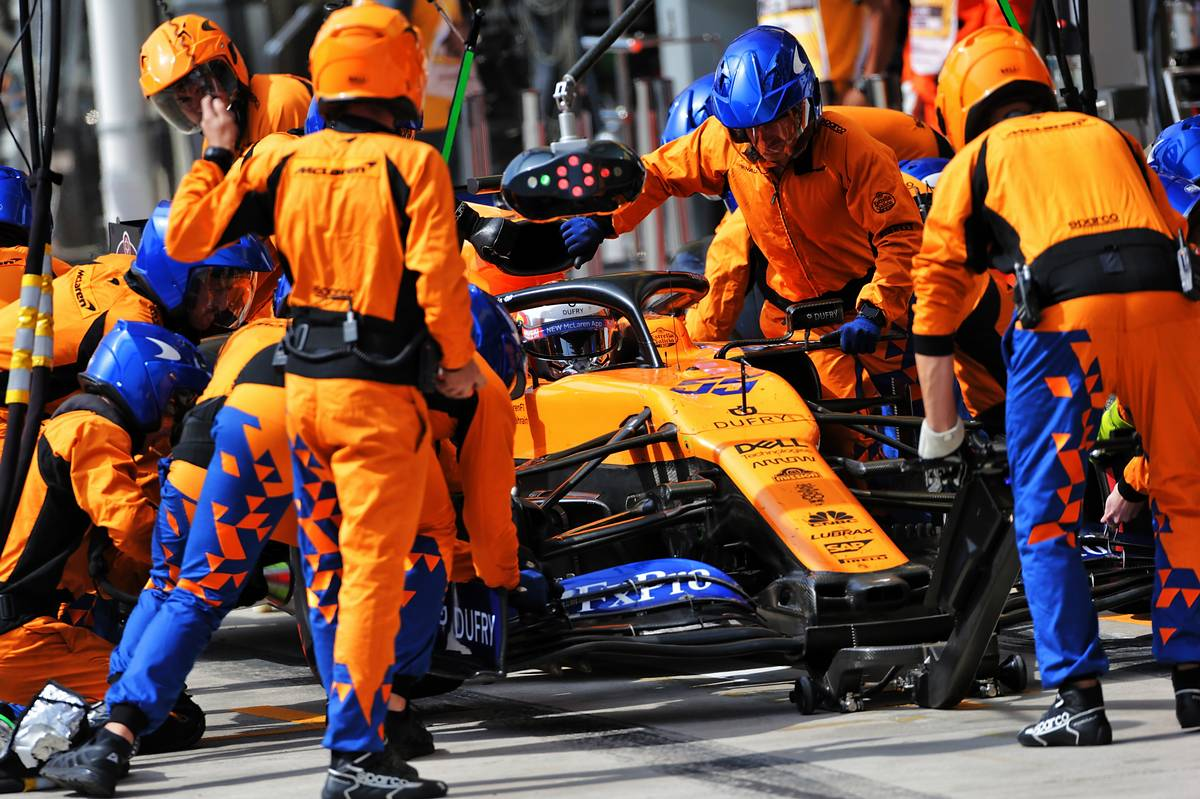 Carlos Sainz Jr (ESP) McLaren MCL34 makes a pit stop.