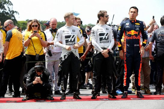 Daniel Ricciardo (AUS) Renault Sport F1 Team RS19 with Kevin Magnussen (DEN) Haas VF-19, Romain Grosjean (FRA) Haas F1 Team VF-19 and Alexander Albon (THA) Red Bull Racing RB15. 17.11.2019. Formula 1 World Championship, Rd 20, Brazilian Grand Prix, Sao Paulo, Brazil, Race Day. - www.xpbimages.com, EMail: requests@xpbimages.com © Copyright: Batchelor / XPB Images