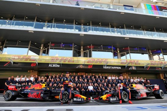 Alexander Albon (THA) Red Bull Racing and Max Verstappen (NLD) Red Bull Racing at a team photograph. 28.11.2019. Formula 1 World Championship, Rd 21, Abu Dhabi Grand Prix, Yas Marina Circuit, Abu Dhabi, Preparation Day. - www.xpbimages.com, EMail: requests@xpbimages.com © Copyright: Moy / XPB Images