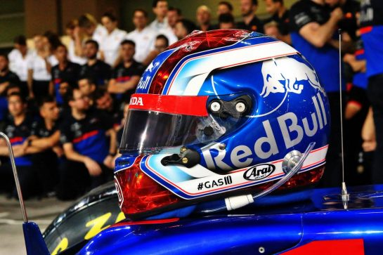 The helmet of Pierre Gasly (FRA) Scuderia Toro Rosso at a team photograph. 28.11.2019. Formula 1 World Championship, Rd 21, Abu Dhabi Grand Prix, Yas Marina Circuit, Abu Dhabi, Preparation Day. - www.xpbimages.com, EMail: requests@xpbimages.com © Copyright: Photo4 / XPB Images