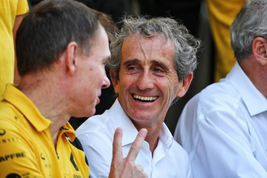 Alain Prost (FRA) Renault F1 Team Special Advisor and Alan Permane (GBR) Renault F1 Team Trackside Operations Director at a team photograph.