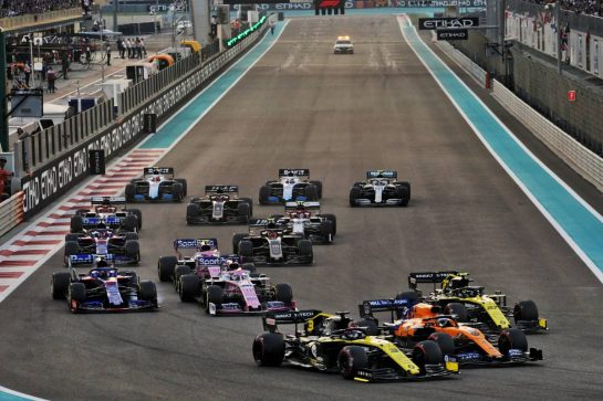 Daniel Ricciardo (AUS) Renault F1 Team RS19, Carlos Sainz Jr (ESP) McLaren MCL34, and Nico Hulkenberg (GER) Renault F1 Team RS19 at the start of the race.