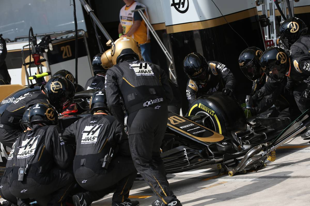 Kevin Magnussen (DEN) Haas VF-19 Pit Stop 17.11.2019.
