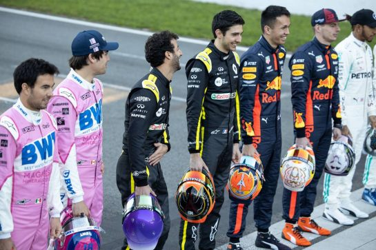 (L to R): Daniel Ricciardo (AUS) Renault F1 Team and Esteban Ocon (FRA) Renault F1 Team at a drivers group photograph. 19.02.2020. Formula One Testing, Day One, Barcelona, Spain. Wednesday. - www.xpbimages.com, EMail: requests@xpbimages.com © Copyright: Bearne / XPB Images