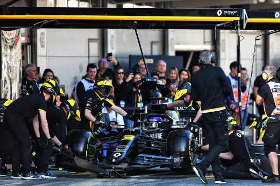 Daniel Ricciardo (AUS) Renault F1 Team RS20 practices a pit stop. 21.02.2020. Formula One Testing, Day Three, Barcelona, Spain. Friday. - www.xpbimages.com, EMail: requests@xpbimages.com © Copyright: Moy / XPB Images