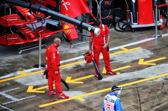 Ferrari mechanics dry their pit box. 11.07.2020. Formula 1 World Championship, Rd 2, Steiermark Grand Prix, Spielberg, Austria, Qualifying Day. - www.xpbimages.com, EMail: requests@xpbimages.com © Copyright: Batchelor / XPB Images