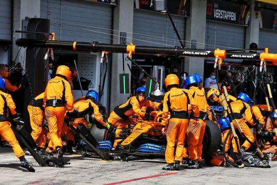Lando Norris (GBR) McLaren MCL35 makes a pit stop. 12.07.2020. Formula 1 World Championship, Rd 2, Steiermark Grand Prix, Spielberg, Austria, Race Day. - www.xpbimages.com, EMail: requests@xpbimages.com © Copyright: Moy / XPB Images