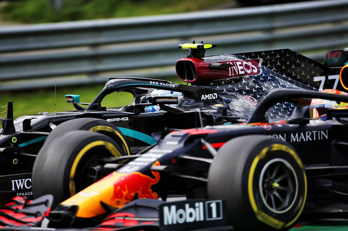 Valtteri Bottas (FIN) Mercedes AMG F1 W11 and Max Verstappen (NLD) Red Bull Racing RB16 battle for position.