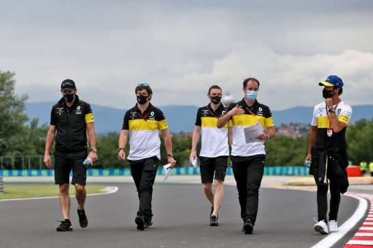 Daniel Ricciardo (AUS) Renault F1 Team walks the circuit with the team.