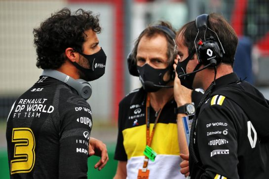 Daniel Ricciardo (AUS) Renault F1 Team with Karel Loos (BEL) Renault F1 Team Race Engineer and Ciaron Pilbeam (GBR) Renault F1 Team Chief Race Engineer on the grid.
