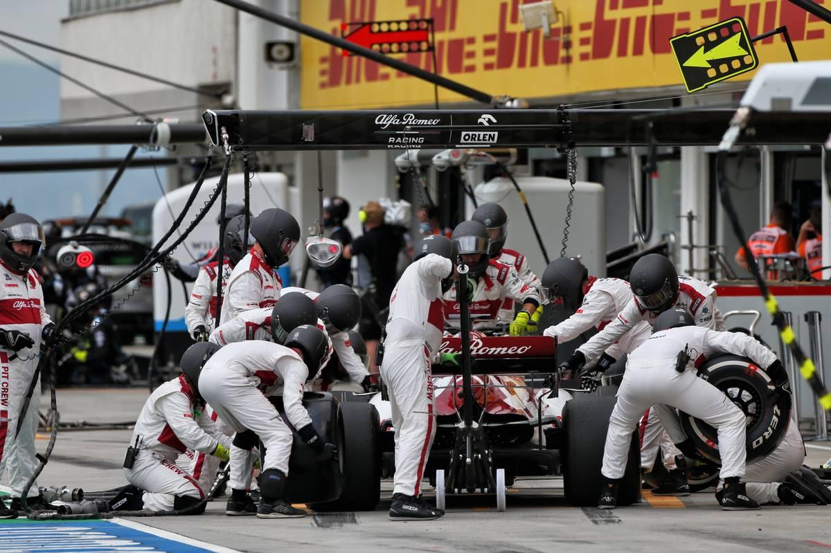 Kimi Raikkonen (FIN) Alfa Romeo Racing C39 makes a pit stop.