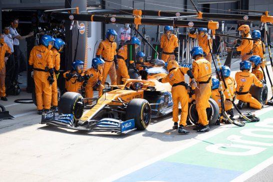 Carlos Sainz Jr (ESP) McLaren MCL35 makes a pit stop. 09.08.2020. Formula 1 World Championship, Rd 5, 70th Anniversary Grand Prix, Silverstone, England, Race Day. - www.xpbimages.com, EMail: requests@xpbimages.com © Copyright: Bearne / XPB Images