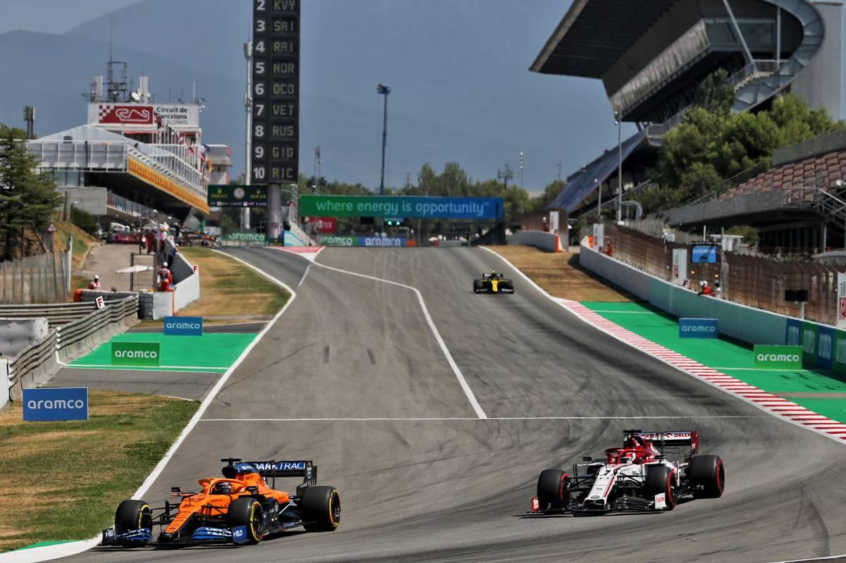 Carlos Sainz Jr (ESP) McLaren MCL35 and Kimi Raikkonen (FIN) Alfa Romeo Racing C39.