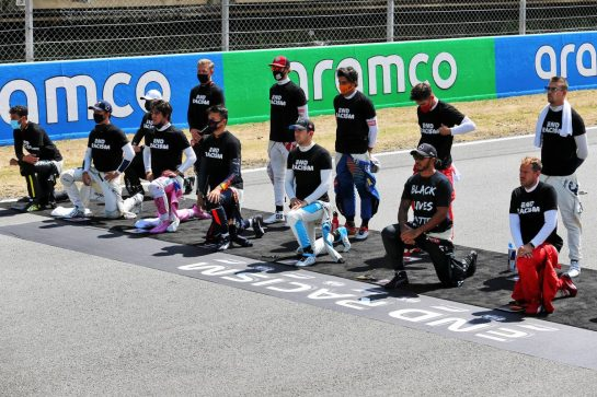 Drivers on the grid with their end racism support. 16.08.2020. Formula 1 World Championship, Rd 6, Spanish Grand Prix, Barcelona, Spain, Race Day. - www.xpbimages.com, EMail: requests@xpbimages.com © Copyright: Charniaux / XPB Images