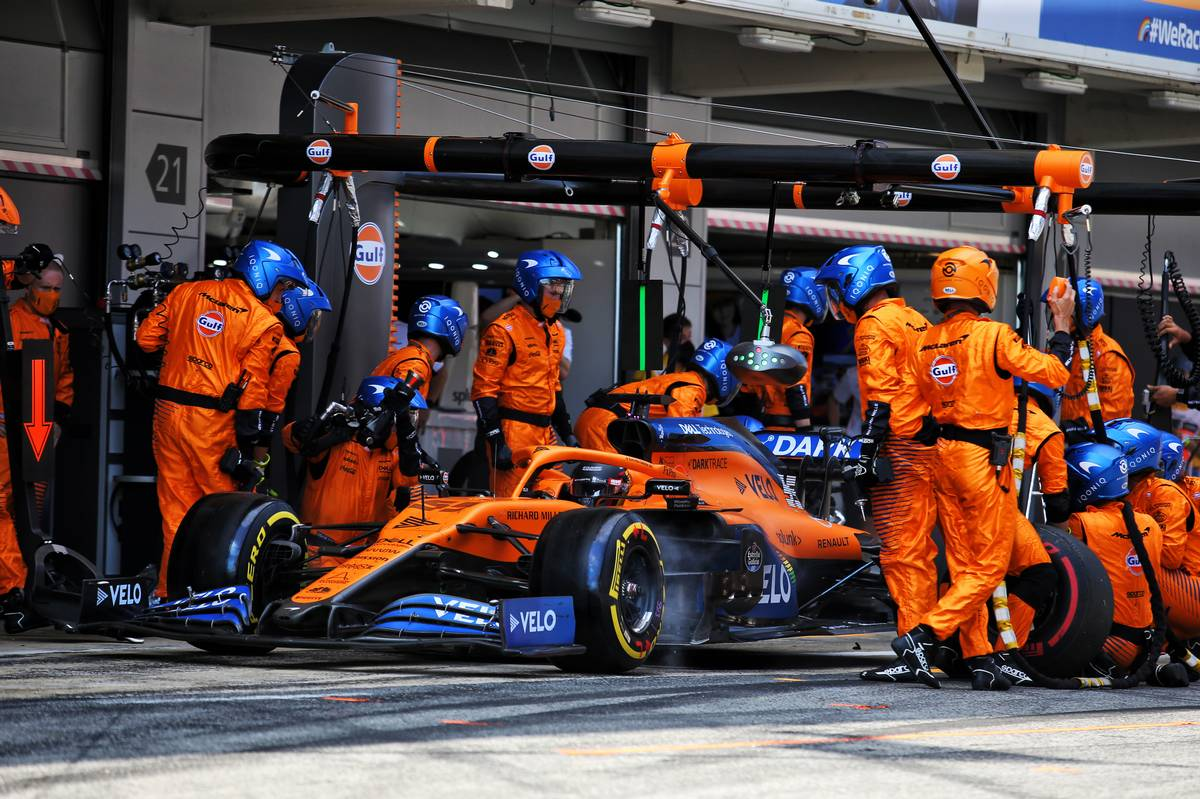 Carlos Sainz Jr (ESP) McLaren MCL35 makes a pit stop.