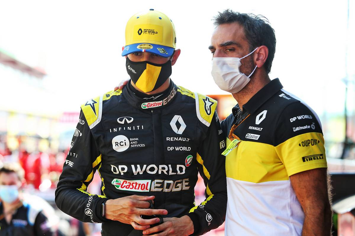 (L to R): Esteban Ocon (FRA) Renault F1 Team with Cyril Abiteboul (FRA) Renault Sport F1 Managing Director in the pits.