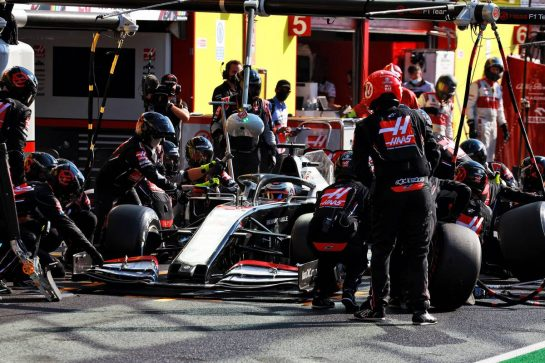 Romain Grosjean (FRA) Haas F1 Team VF-20 makes a pit stop. 13.09.2020. Formula 1 World Championship, Rd 9, Tuscan Grand Prix, Mugello, Italy, Race Day. - www.xpbimages.com, EMail: requests@xpbimages.com © Copyright: Bearne / XPB Images