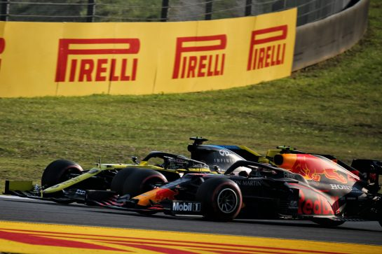 Daniel Ricciardo (AUS) Renault F1 Team RS20 and Alexander Albon (THA) Red Bull Racing RB16 battle for position. 13.09.2020. Formula 1 World Championship, Rd 9, Tuscan Grand Prix, Mugello, Italy, Race Day. - www.xpbimages.com, EMail: requests@xpbimages.com © Copyright: Batchelor / XPB Images