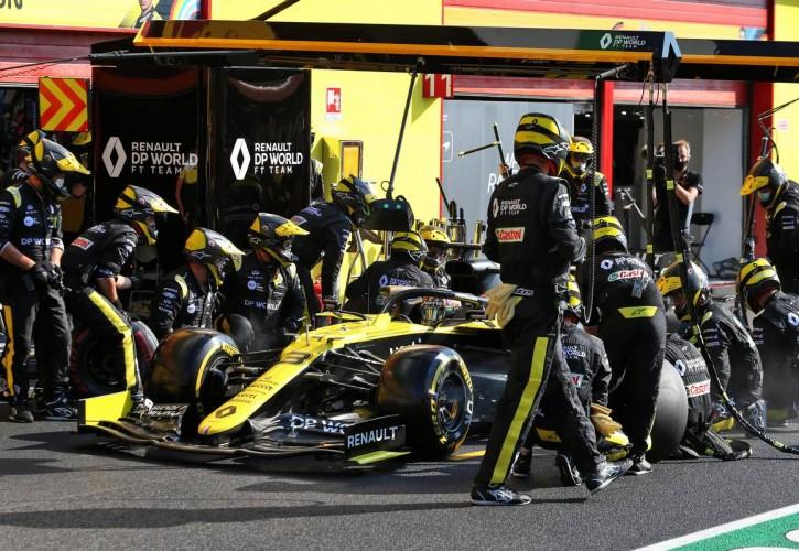 Daniel Ricciardo (AUS) Renault F1 Team RS20 makes a pit stop.