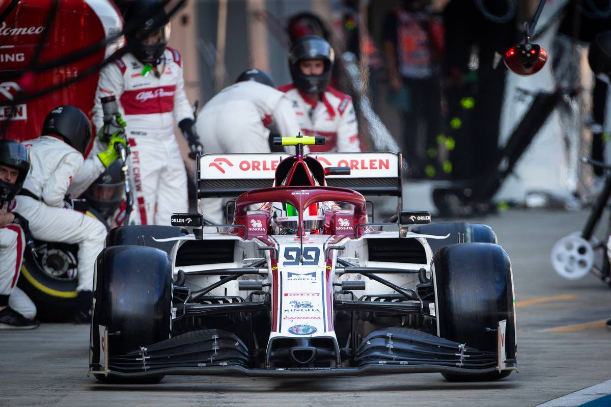 Antonio Giovinazzi (ITA) Alfa Romeo Racing C39 makes a pit stop.