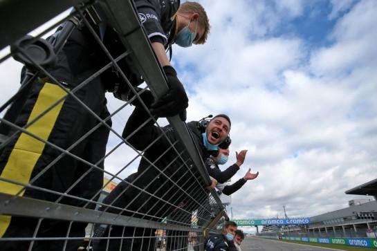 Renault F1 Team celebrates third position for Daniel Ricciardo (AUS). 11.10.2020. Formula 1 World Championship, Rd 11, Eifel Grand Prix, Nurbugring, Germany, Race Day. - www.xpbimages.com, EMail: requests@xpbimages.com © Copyright: Moy / XPB Images
