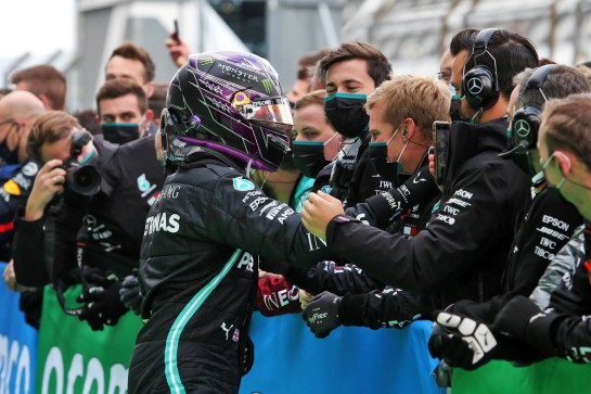 Race winner Lewis Hamilton (GBR) Mercedes AMG F1 celebrates with the team in parc ferme. 11.10.2020. Formula 1 World Championship, Rd 11, Eifel Grand Prix, Nurbugring, Germany, Race Day. - www.xpbimages.com, EMail: requests@xpbimages.com © Copyright: Moy / XPB Images