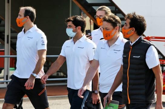 Carlos Sainz Jr (ESP) McLaren with the team. 22.10.2020. Formula 1 World Championship, Rd 12, Portuguese Grand Prix, Portimao, Portugal, Preparation Day. - www.xpbimages.com, EMail: requests@xpbimages.com © Copyright: Batchelor / XPB Images