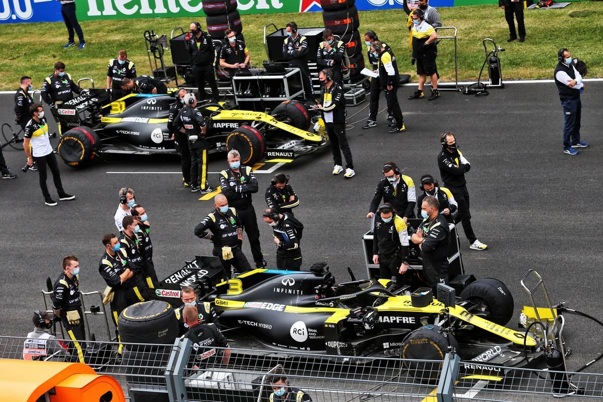 Daniel Ricciardo (AUS) Renault F1 Team RS20 and Esteban Ocon (FRA) Renault F1 Team RS20 on the grid.