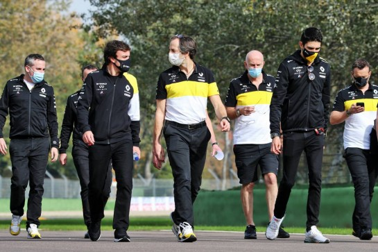 (L to R): Fernando Alonso (ESP) Renault F1 Team; Ciaron Pilbeam (GBR) Renault F1 Team Chief Race Engineer; and Esteban Ocon (FRA) Renault F1 Team walk the circuit with the team.
